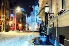 De stad van de nacht in de winter stock foto
