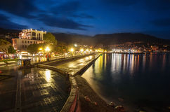 De stad van de nacht dichtbij overzees. De Oekraïne, Yalta Stock Foto