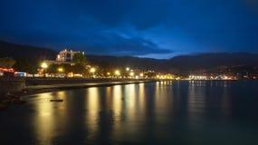 De stad van de nacht dichtbij overzees. De Oekraïne, Yalta Royalty-vrije Stock Fotografie