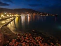De stad van de nacht dichtbij overzees. De Oekraïne, Yalta Royalty-vrije Stock Afbeelding
