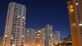 De stad van de nacht Huizen met meerdere verdiepingen bij nacht stock videobeelden