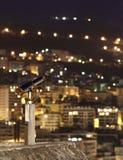 De stad van de nacht met een telescoop Royalty-vrije Stock Foto's