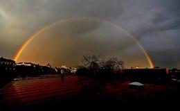 De stad van de regenboogwolk Stock Foto