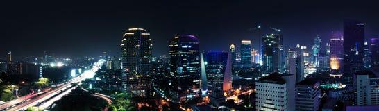 De stad van Djakarta bij nacht Royalty-vrije Stock Afbeelding