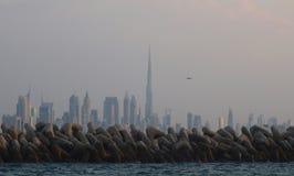 De Stad van Doubai en Burj-khalifa in aanwezigheid van avondmaan Stock Afbeelding