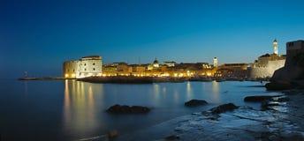 De stad van Dubrovnik bij nacht Royalty-vrije Stock Foto