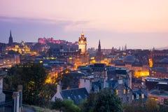 De stad van Edinburgh van Calton-Heuvel bij nacht, Schotland, het UK royalty-vrije stock afbeelding