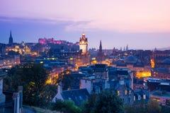 De stad van Edinburgh van Calton-Heuvel bij nacht, Schotland, het UK stock afbeeldingen
