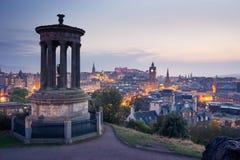 De stad van Edinburgh van Calton-Heuvel bij nacht, Schotland, het UK Stock Foto's