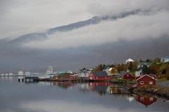 De stad van Eskifjörður in IJsland stock afbeeldingen