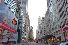 De Stad van Fifth Avenue New York tussen 48ste en 47ste Straat Stock Fotografie