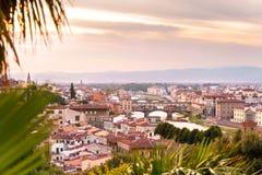 De stad van Florence met Arno-rivier en de brug van Ponte Vecchio in zonsondergangtijd Royalty-vrije Stock Afbeeldingen