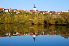 De stad van Freiberg en zijn gedachtengang in rivier Nekar Stock Foto
