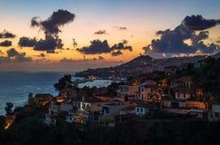 De stad van Funchal, luchtmening tijdens zonsondergang, het Eiland van Madera stock fotografie