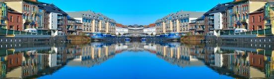 De stad van Gent en één van zijn kanalen, huis-boten Royalty-vrije Stock Fotografie