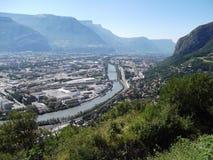 De stad van Grenoble van een heuvel stock afbeelding