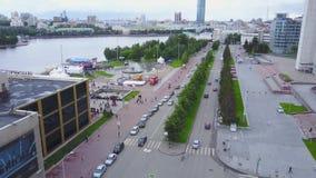 De stad van het dagverkeer, moderne gebouwen Het leven in de stads luchtmening Hoogste mening van motiemensen in de stad stock video