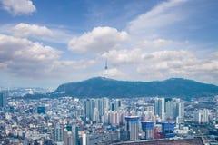 de stad in van hoge gebouwen van het stijgings moderne bureau en wolkenkrabbers i Royalty-vrije Stock Foto