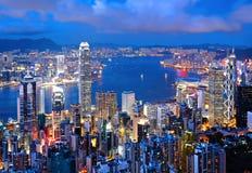De stad van Hongkong bij nacht stock afbeeldingen