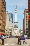 De stad in van Indianapolis met het Zeelieden en Militairenmonument Stock Afbeelding