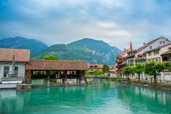 De stad van Interlaken met Thunersee-rivier Stock Fotografie