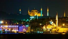 De stad van Istanboel bij nacht Stock Afbeelding