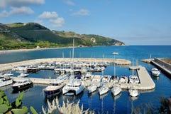 De stad van Italië van Sperlonga - mening van de haven, het overzees en de heuvels Stock Foto