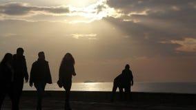 De stad van Izmir, wolken die, mensen op het strand, Turkije lopen stock footage