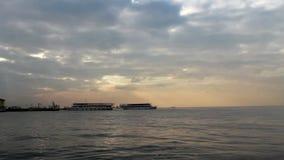 De stad van Izmir, wolken die, regen, overzees, mensen veerboot, Turkije reizen stock footage