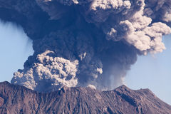 De Stad van Kagoshima, het losbarsten van MT Sakurajima van Japan Royalty-vrije Stock Foto's