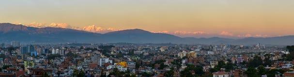 De stad van Katmandu en het panorama van Himalayagebergte Stock Foto