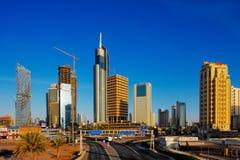 De Stad van Koeweit wordt bevolkt door wolkenkrabbers Stock Foto