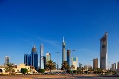 De Stad van Koeweit wordt bevolkt door wolkenkrabbers Stock Afbeeldingen