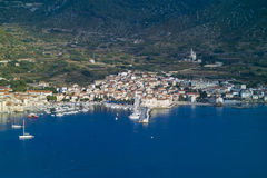 De stad van Komiza in eiland Vis stock afbeelding