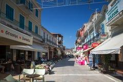 DE STAD VAN LEFKADA, GRIEKENLAND 17 JULI, 2014: Centrale straat in de stad van Lefkada, Griekenland Stock Foto's