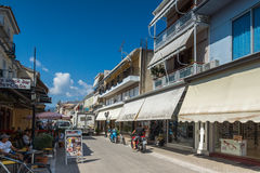 DE STAD VAN LEFKADA, GRIEKENLAND 17 JULI, 2014: Centrale straat in de stad van Lefkada, Griekenland Royalty-vrije Stock Foto