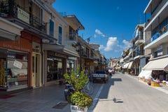 DE STAD VAN LEFKADA, GRIEKENLAND 17 JULI, 2014: Centrale straat in de stad van Lefkada, Griekenland Stock Afbeeldingen