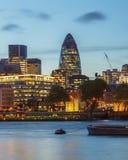 De Stad van Londen bij nacht Stock Afbeeldingen