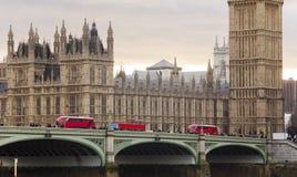 De stad van Londen met brug en verkeer Royalty-vrije Stock Fotografie