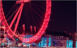 De stad van Londen in nacht met bezig verkeer royalty-vrije stock afbeeldingen