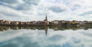 De stad van Macon tegen dag, Frankrijk Royalty-vrije Stock Foto's