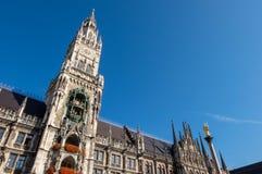 De stad van de Marienplatzklok in aantrekkelijkheid van de binnenstad, de beroemde voor toeristen rond de wereld Royalty-vrije Stock Afbeeldingen