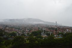 De stad van de Medellinbarak en kabelbaan stock fotografie