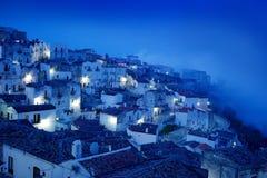 De stad van Monte Sant ` Angelo in Foggia, Gargano-schiereiland in Italië Nachtscène met oude gebouwen met lichten Reis in Europa royalty-vrije stock afbeelding