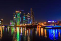 De Stad van Moskou bij nacht Stock Afbeeldingen