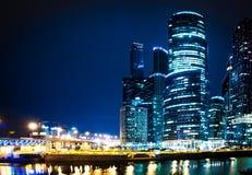 De stad van Moskou bij nacht Stock Foto's