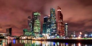 De stad van Moskou bij nacht, mening van de dijk van de Rivier van Moskou aan het bedrijfsdistrict Architectuur en oriëntatiepunt stock fotografie
