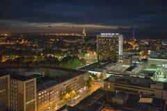 De stad van nachttallinn bij nacht stock afbeelding