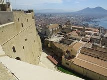 De stad van Napels van hierboven Napoli Italië De vulkaan van de Vesuvius erachter Orthodox kerkkruis en de maan Stock Foto