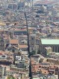 De stad van Napels van hierboven Napoli Italië De vulkaan van de Vesuvius erachter Orthodox kerkkruis en de maan royalty-vrije stock afbeelding